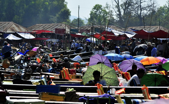 More tourists than locals at this Inle market during high season