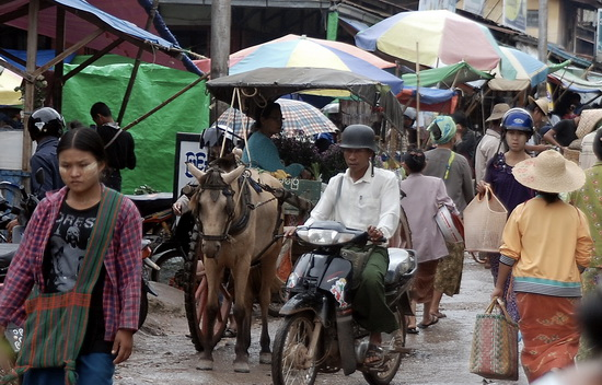 Overview of Aung Ban Market
