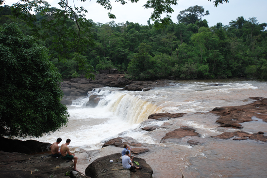Tad Leuk, 112 km away in Phou Khao Khouay NP, can be done as a day trip from Vientiane.