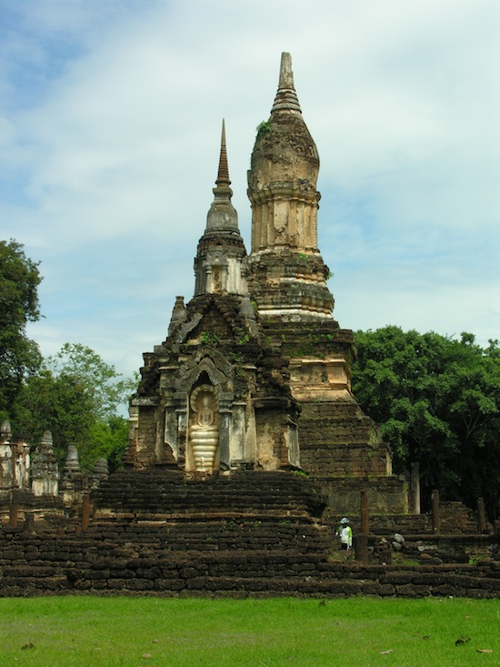 Approaching the Wat Chedi Ched Thaeo complex.