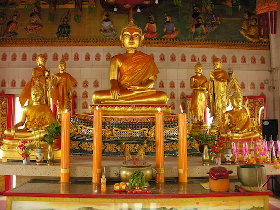 It feels like a Chinese temple, but these Buddhas are Thai.