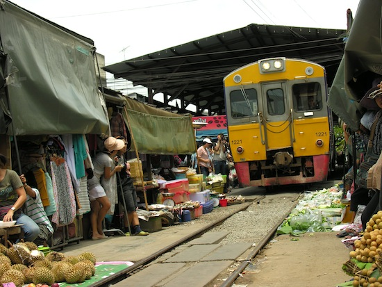 So a train's going through the market, mai pen raaaiiii.