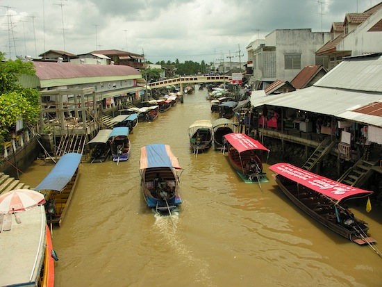 Amphawa: it does get busy.