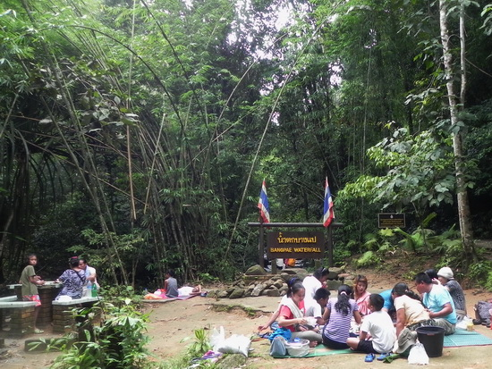 No beach, no problem. Bang Pae waterfall's a cool spot for a park picnic.
