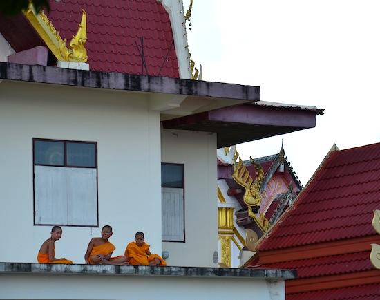 Novice monks hangin' rooftop at Wat Maha That.