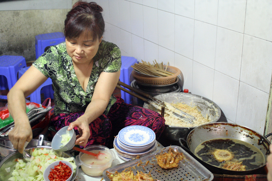 Freshly fried banh tom.